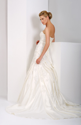 Combining satin and embroidered tulle, giving elegance and romance all in one.